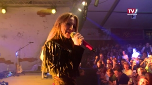 Melissa Naschenweng performt in Wallern