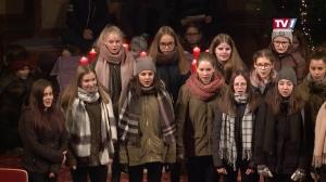 Nikolaus überrascht Kinder der NMS Timelkam beim Adventsingen