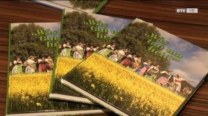Elfriede Schachinger stellt das Buch der Ortsbäuerinnen vor