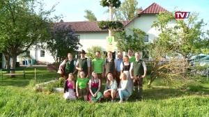 Ein Hoch dem 1. Mai - Maibaum aufstellen bei Familie Grafinger