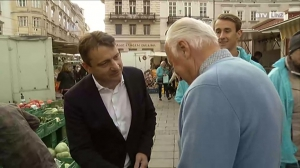 Klaus Fürlinger im Gespräch mit Passanten