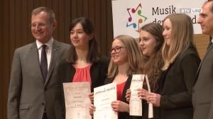 Prima la Musica holt ausgezeichnete Jungmusiker vor dem Vorhang