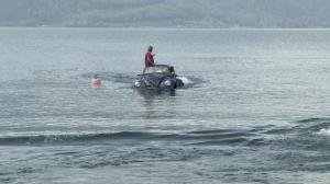 Schwimmende Autos durchkreuzen den Attersee